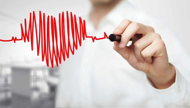 Dibujo de la tendencia de un latido del corazón de un electrocardiograma, incluido gráficamente entre dos manos que lo sostienen.