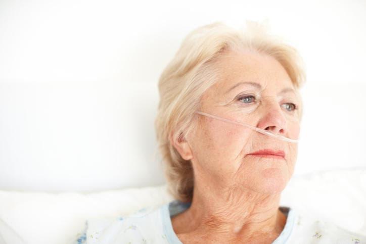 Mujer dando oxígeno