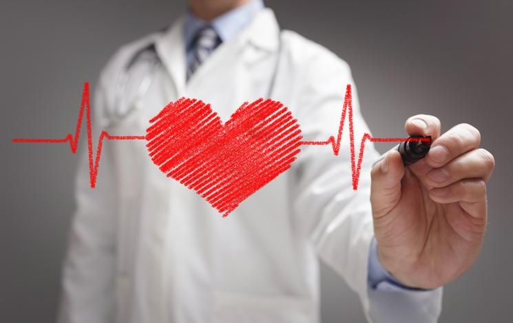 Un médico dibuja un corazón que late en primer plano