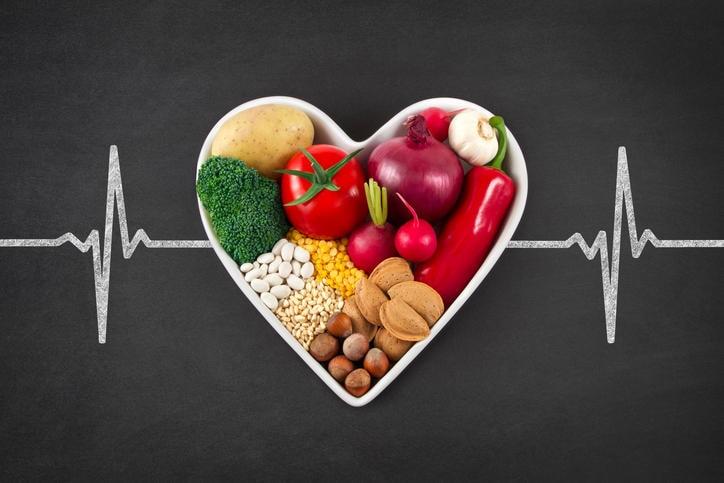 Imagen que representa un cruce de carreteras, con dirección hacia la comida sana o hacia la comida chatarra debido al colesterol