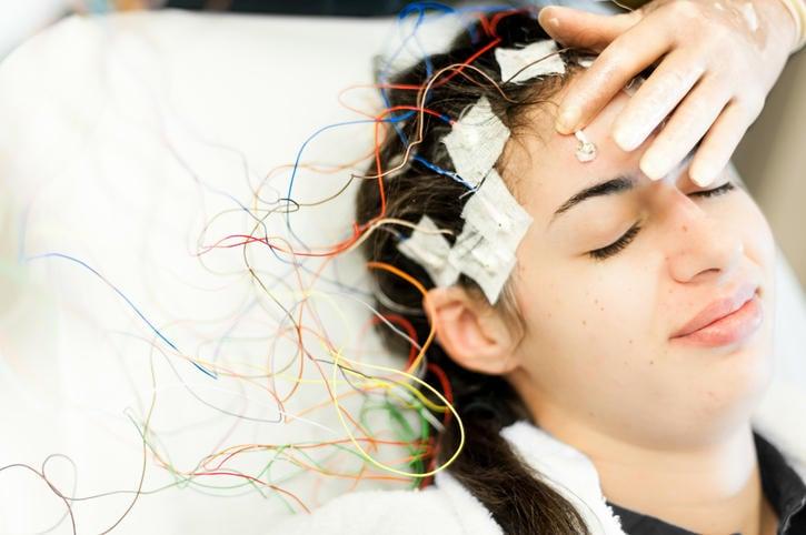 Mujer sometida a electroencefalograma