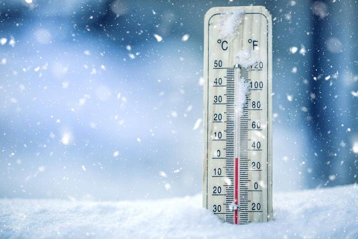 Termómetro sumergido en la nieve que marca cero grados