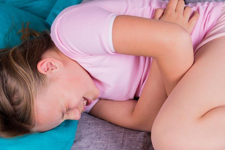 Niño que sufre de peritonitis potencial