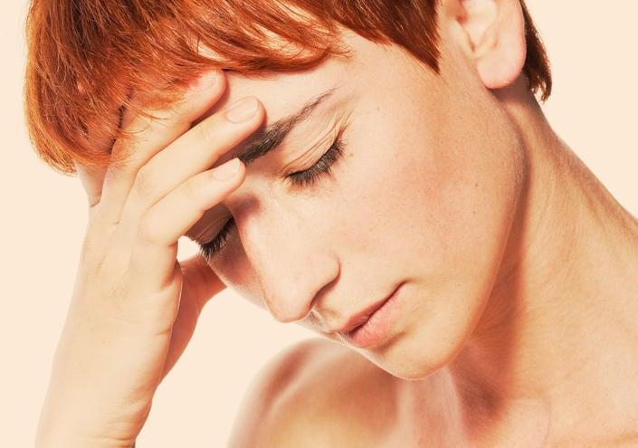 Fotografía de mujer cansada con dolor de cabeza severo