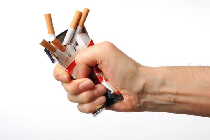 Reconstrucción gráfica de dos manos que parten un cigarrillo por la mitad