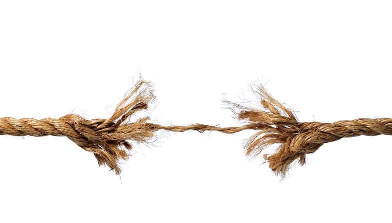 Close-up de una cuerda a punto de romperse