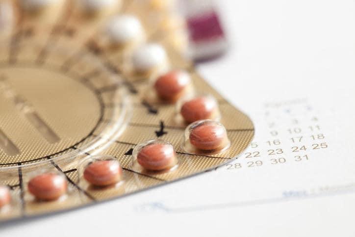 Primerísimo primer plano de un blister de píldoras de terapia de reemplazo hormonal